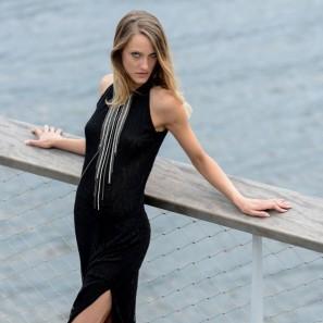 robe en dentelle noir et collier intégré